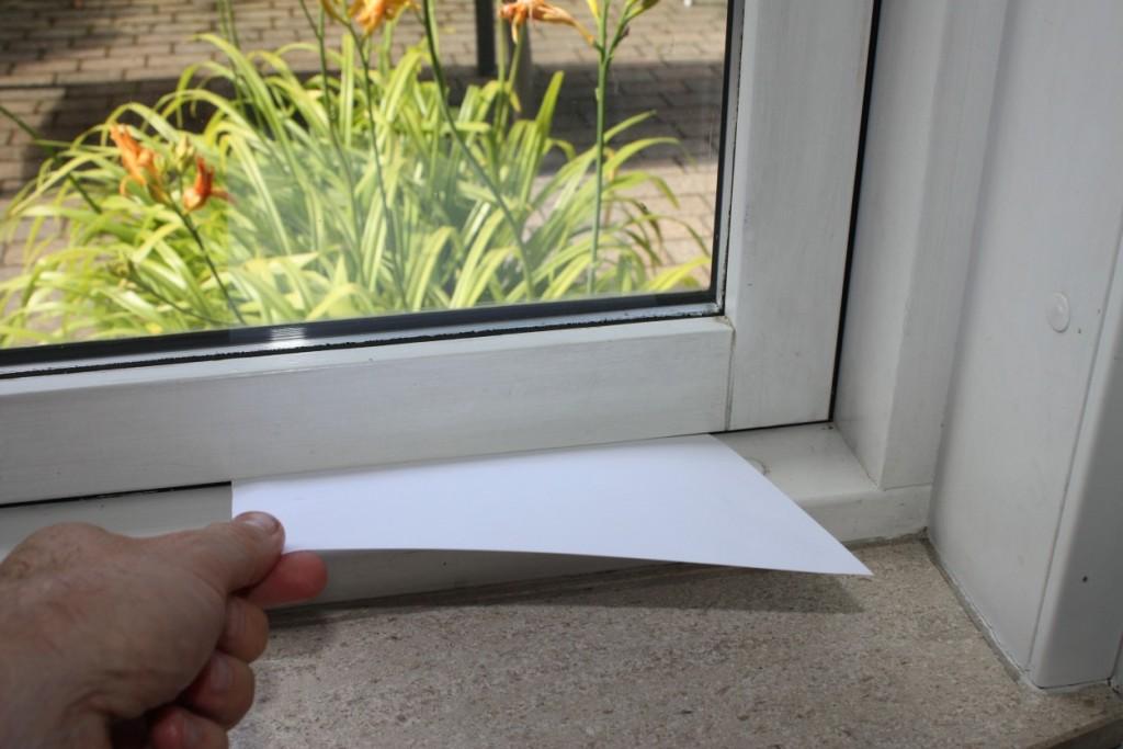 Et stykke papir kan give dit en rigtig god fornemmelse for, om et vindue eller dør skal have udskiftet tætningslister.