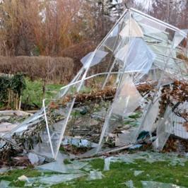 Er der udsigt til storm eller hård vind, er en hus- og havevandring en god idé